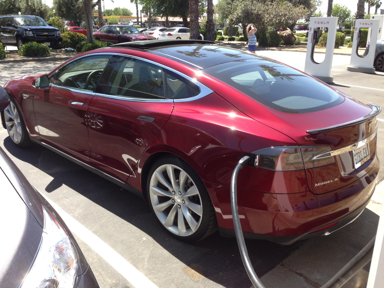 Tesla_Model_S_Eco_Electric_Car_at_a_Supercharger_station - Tesla Installs Chargers for Electric Cars in El Corte Inglés Barcelona